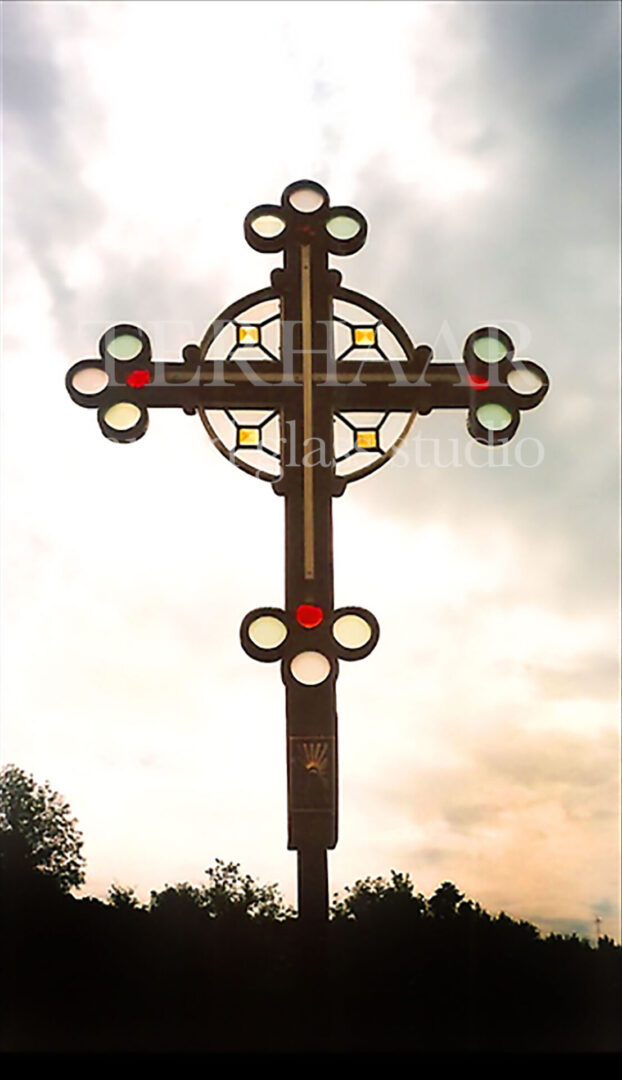 stained-glass-art_presbyterian-cross_stained-glass-sculpture_house-of-worship_terhaarglass.com